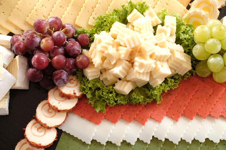Eine leckere Käseauswahl mit Weintrauben von Partyservice Rode