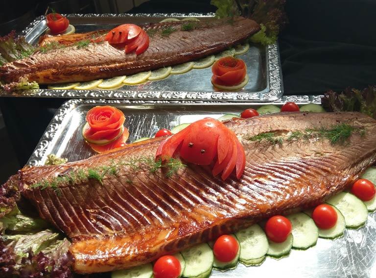 Liebevoll dekorierter Fisch von Partyservice Rode