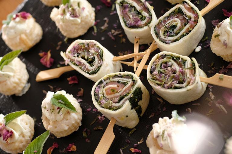 """Mini Tortillas mit Räucherlachs und Spinat vom Buffet """"Finger Food"""" von Partyservice Rode"""