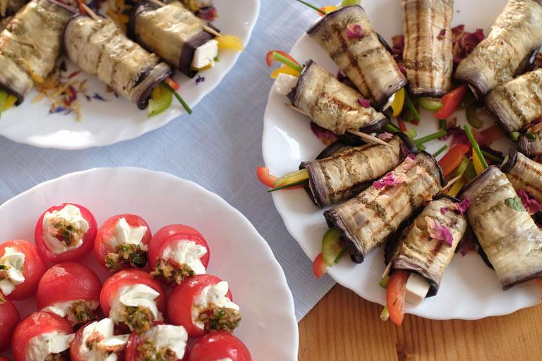 Mediterrane Auberginen-Röllchen mit Schafskäse und Paprika von Partyservice Rode