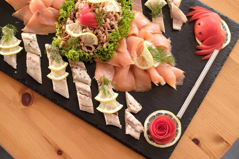 Detailfoto vom lecker angerichteten Buffet mit Forelle und Lachs von Partyservice Rode