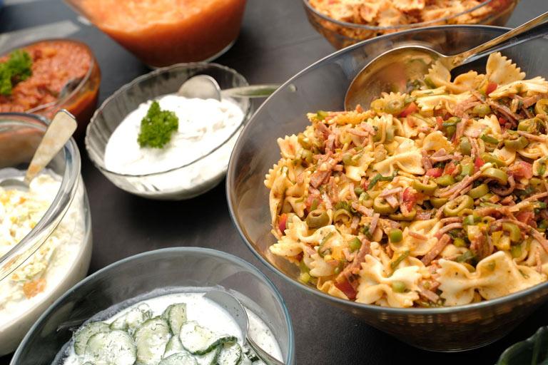 Verschiedene Salate und Dips zum Grillbuffet von Partyservice Rode