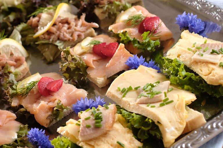 Kalte Platte mit Krabben, Lachs und Rührei mit Forelle von Partyservice Rode