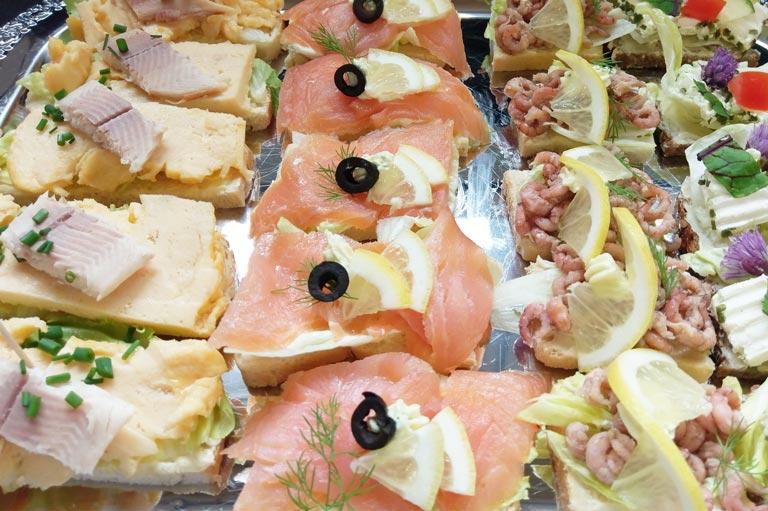 Kalte Platte mit Krabben, Lachs, Rührei mit Forelle von Partyservice Rode