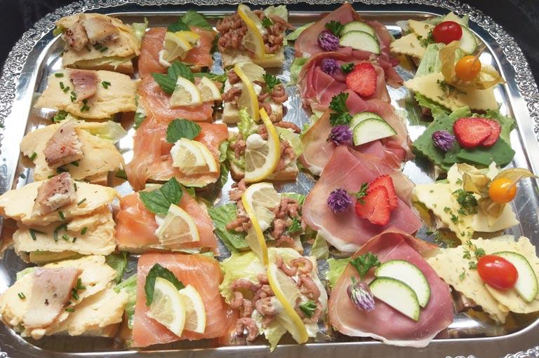 Kalte Platte mit Krabben, Lachs, Rührei mit Forelle, Schinken und Käse von Partyservice Rode