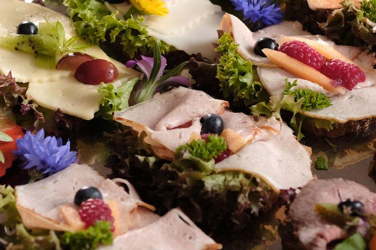 Detail einer liebevoll garnierten kalten Platte mit Kochschinken von Partyservice Rode