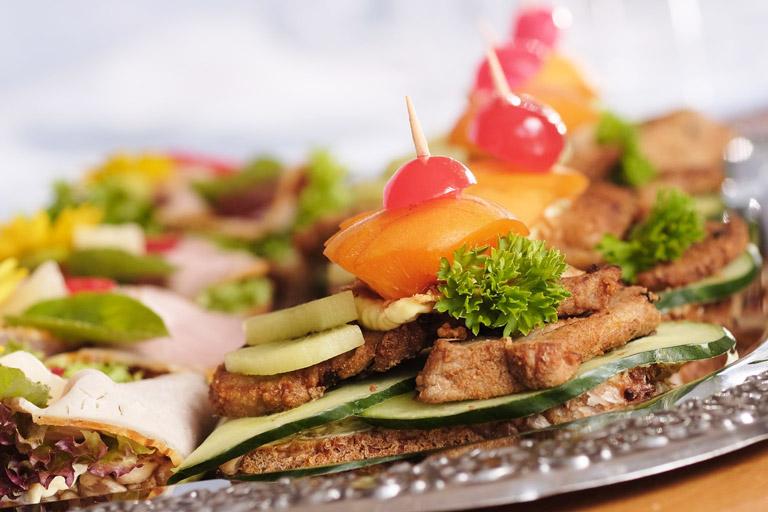 Lecker garnierte Filetmedaillons auf Brot auf einer kalten Platte von Partyservice Rode
