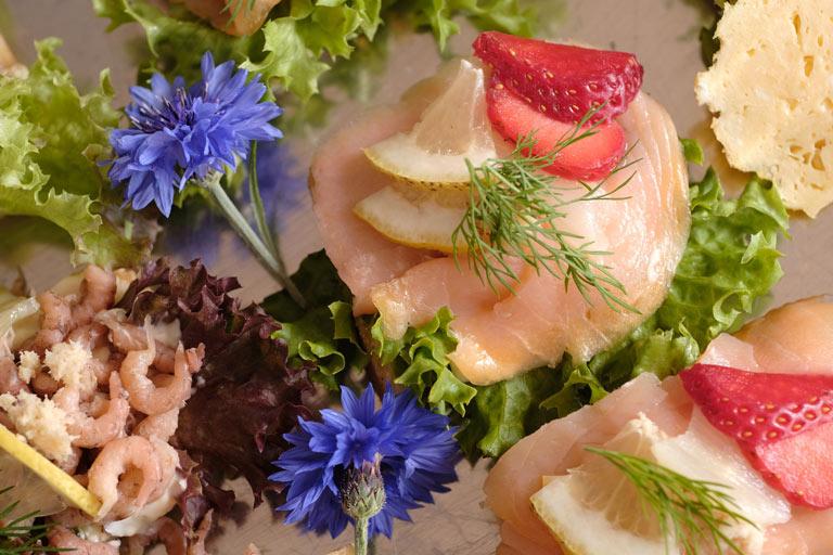 Detail einer liebevoll garnierten kalten Platte mit Krabben und Lachs von Partyservice Rode